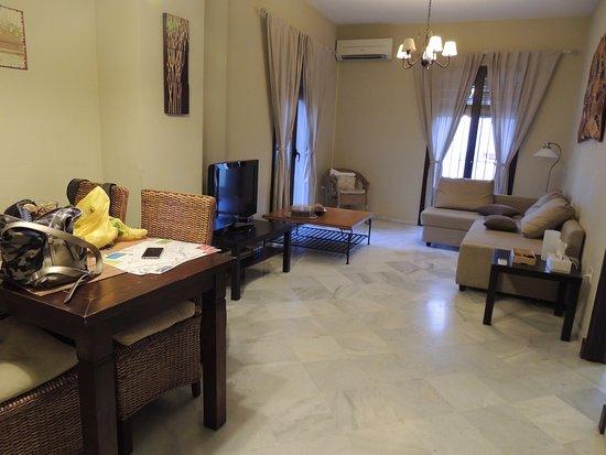 Apartamentos Puerta de San Esteban: Salone con divano letto