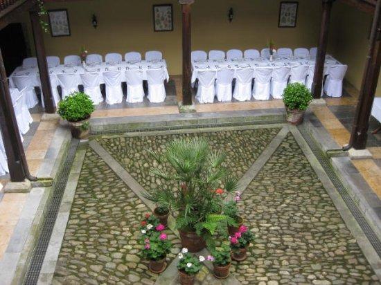 Salas Municipality, Spain: Montaje boda en el patio