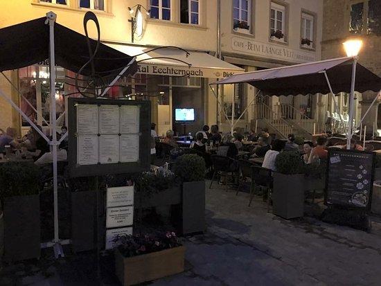 Brasserie Aal Eechternoach: Unsere Terrasse abends