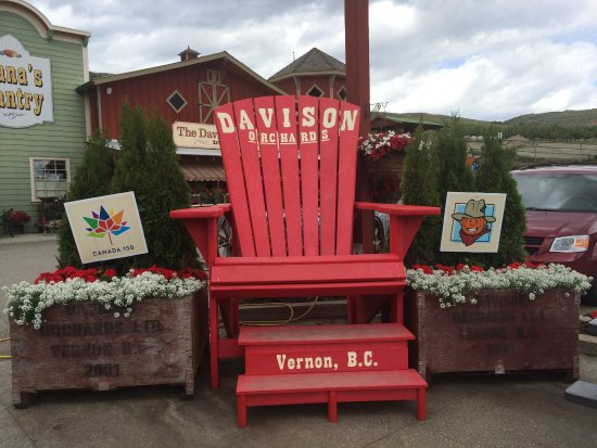 Vernon, Kanada: Photo op in the new Giant red Muskoka Chair, for Canada's 150 Birthday.