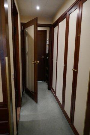 Hotel Hesselet: Dobbeltdøre ud til gangen gør, at der er dejligt stille på værelset.