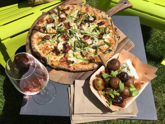 Naramata, Canada: Pizza, potato fries and a glass of Rosé at Joie Farm