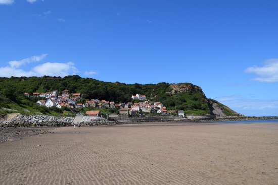 Runswick, UK: Beach looking back towards the village