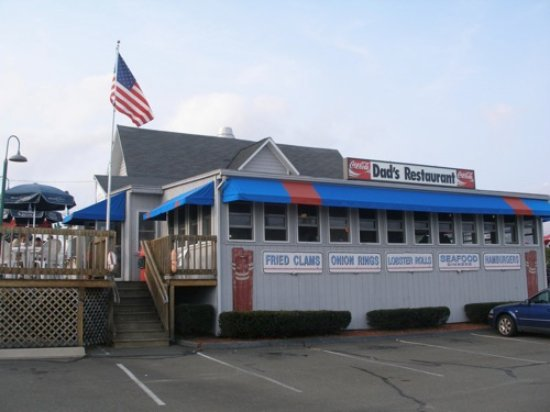 Niantic, CT: This is the front of the restaurant and one of the outdoor patios.
