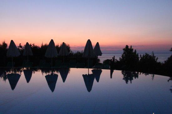 Livadaki Village Hotel: Sun rise over the pool
