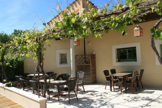 Arpaillargues, Francia: Seating at bar by the side of the pool