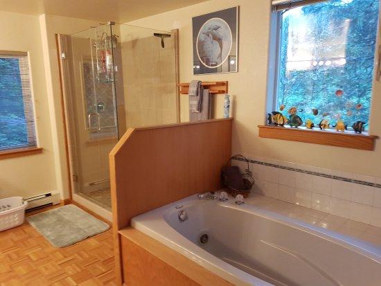 Kodiak, AK: Ocean Suite Bath