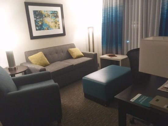 Homewood Suites by Hilton Asheville- Tunnel Road: Comfy den/sitting area with sofa bed couch
