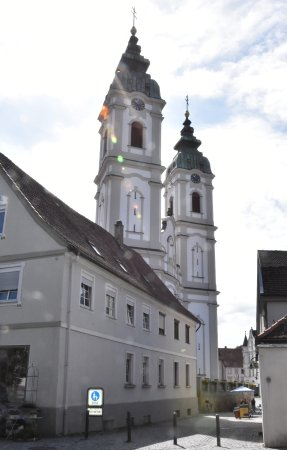 Bad Waldsee, Tyskland: Die Türme von St. Peter, vom Rande der Altstadt gesehen