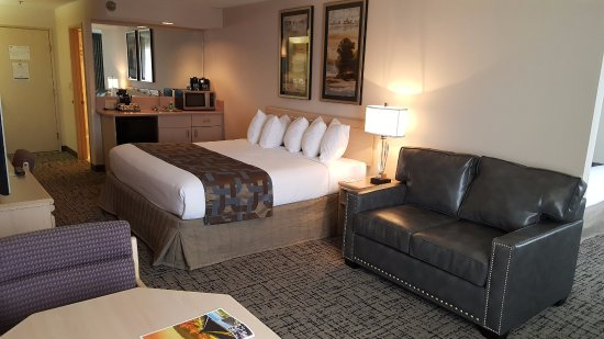 Elko, NV: Enjoy newly remodeled suite w/ King bed and Sleeper Sofa & Kitchenette.