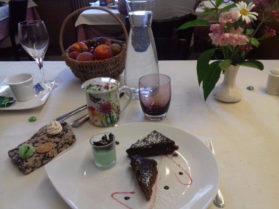 Brioude, Frankrike: huuum! dessert (j'avais demandé sans glace, mais normalement glace à la menthe)