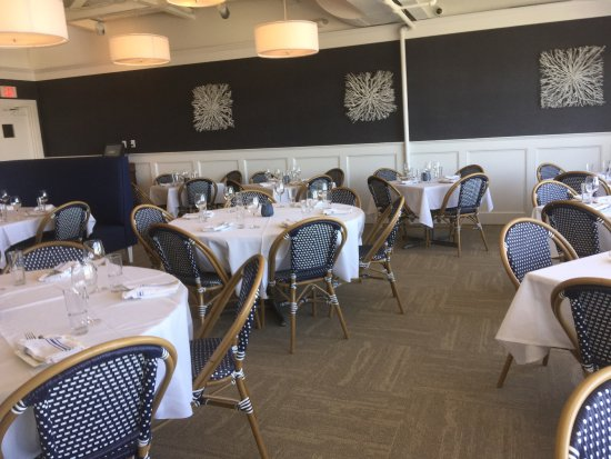 Red Bank, Нью-Джерси: Coastal Themed Dining Room with an open view of the Navesink River
