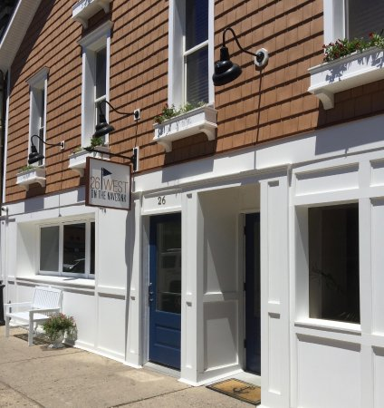 Red Bank, Нью-Джерси: Quaint Nantucket Style Building.