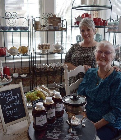 Brighton, Kanada: Dot Worobetz (R) is the creator of the #1 Seller in our Gourmet Market, Saucy Dotty's Gourmet Sa