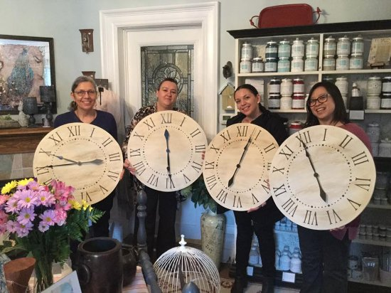 "Brighton, Kanada: Our ""Farm House Style Clock Workshop"" using Fusion Mineral Paint was a new workshop added in 201"