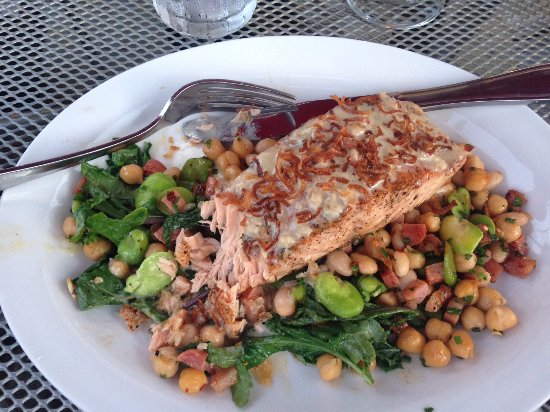 Scottsbluff, Νεμπράσκα: This is the Atlantic Salmon with Spicy Bean Ragout and Greens with a Beurre Blanc Sauce.