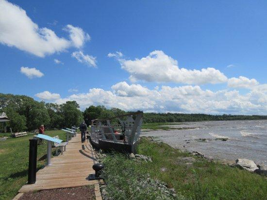 Saint Jean Port Joli, Canada: Promenade sur le bord du fleuve près Parc des Trois-Bérêts