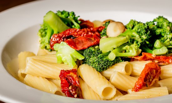 Armonk, Nowy Jork: Pasta dish with broccoli and sun-dried tomatoes