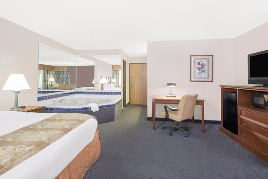 Boone, IA: All suites have  a Jacuzzi as well as small refrigerator , microwave, sofa bed, free HBO and Wi-