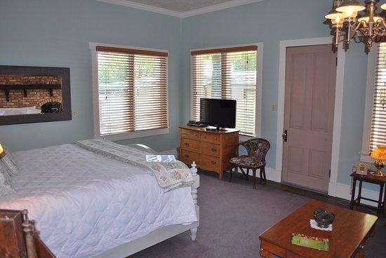 Seven Wives Inn: Lucinda deluxe room