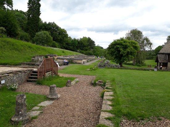 Yanworth, UK: Villa North Wing - paths on top of mosaics!