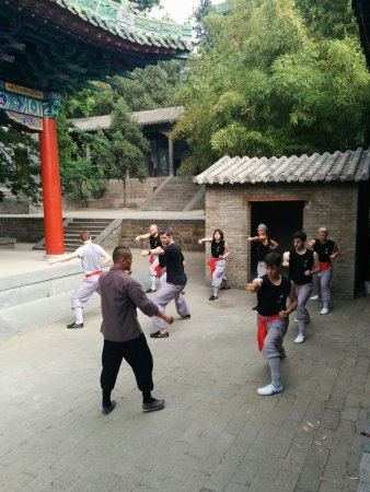 Dengfeng, Çin: May 2017 participants practice the Tongbiquan form, under the guidance of warrior monk Shi Yan F