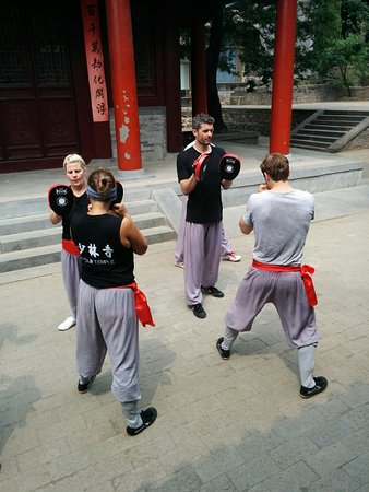 Dengfeng, Çin: May 2017 participants practice strike drills at the Shaolin Temple