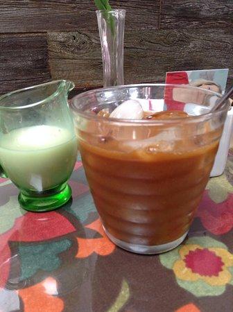 Barrie, Kanada: Iced Americano with Almond Milk
