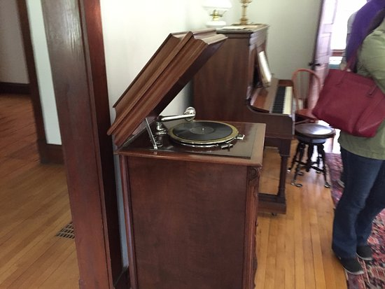Little Falls, MN: Victrola in house on tour