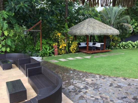 Mal Pais, Costa Rica: Center area behind pool and next to central eating location