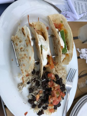 Dania Beach, ฟลอริด้า: Perfectly prepared blackened mahi fish tacos, with very tasty beans and rice
