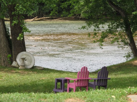 Morganton, NC: Nice place to watch the river roll, in back of the restaurant!