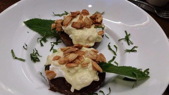 Bel Air, แมรี่แลนด์: Chocolate biscuit and almond cream dessert