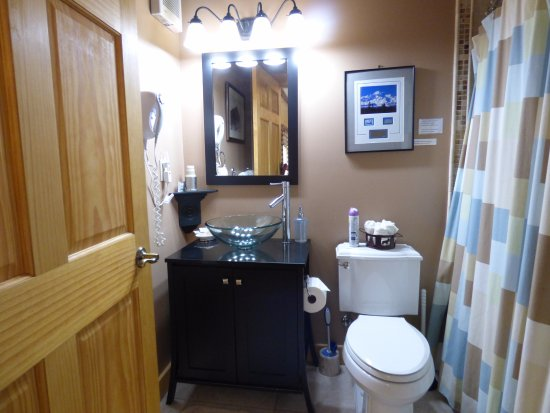 Pioneer Ridge Bed and Breakfast Inn: Private bath for the Denali Room