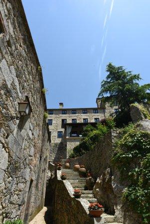 Caldas de Reis, Spain: Looking up at the hotel and veranda