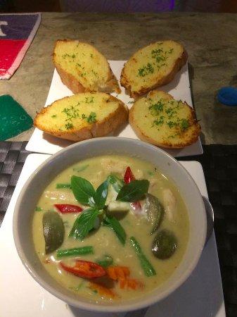 Bamboo Hut Restaurant by Treffpunkt : Green chicken curry with garlic bread