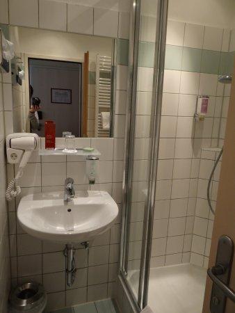 Hotel Alpha: Bathroom
