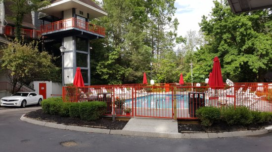 Zoders Inn & Suites: Outdoor pool with tower suite visible.