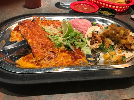 Lenexa, Κάνσας: Cheese & onion enchilada, and a chicken street taco with pineapple