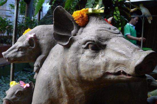 Warung Babi Guling Ibu Oka 3: The Pig statue