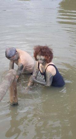 Sabeto Hot Springs and Mud Pool: Needing a hard scrub to get the mud off.