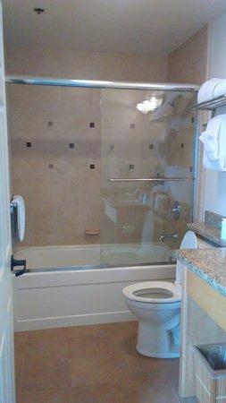 Estero Inn: Bathroom is lovely and the bathtub was deep.