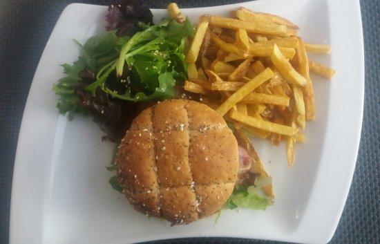 Salade Perigourdine Avec Un Foie Gras Poele Et Hamburger Frites