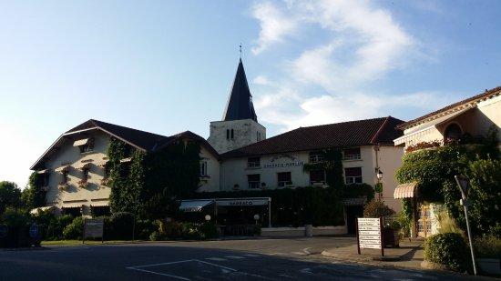 la terrasse ombragée - Picture of Hotel Restaurant Le Commerce ...