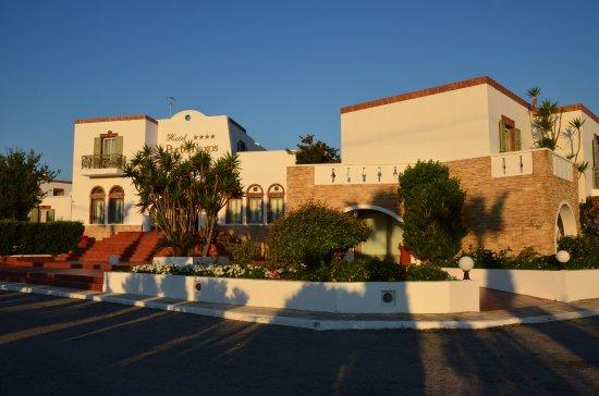 Porto Naxos Hotel : ホテル全景