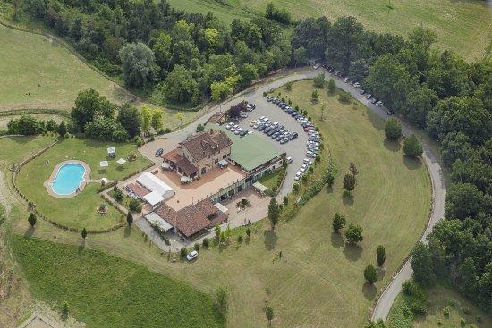 Cereseto, Italy: Da questa foto potete vedere tutto: struttura, parco, parcheggi,piscina, terrazza....