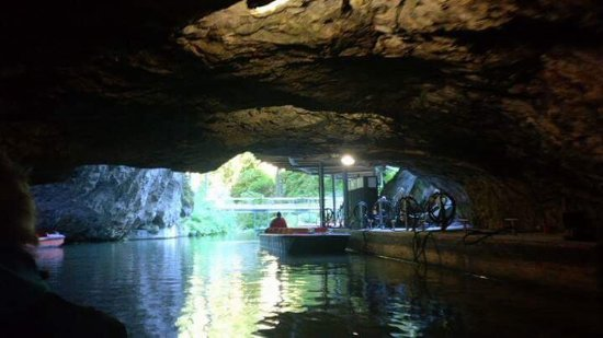 Blansko, สาธารณรัฐเช็ก: Entrance to the cave and the boat jetty
