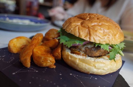 Featherstone Cafe, Bistro & Lifestyle Shop: featherstone burger