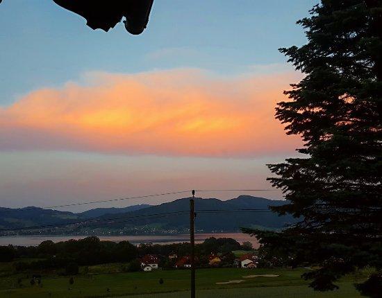 Nussdorf am Attersee, Austria: Abendlicher Blick vom Balkon auf den See