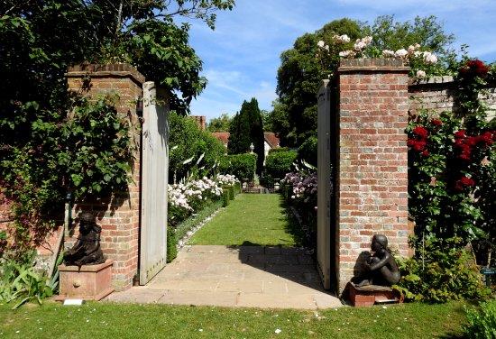 Ticehurst, UK: Roses & sculpture